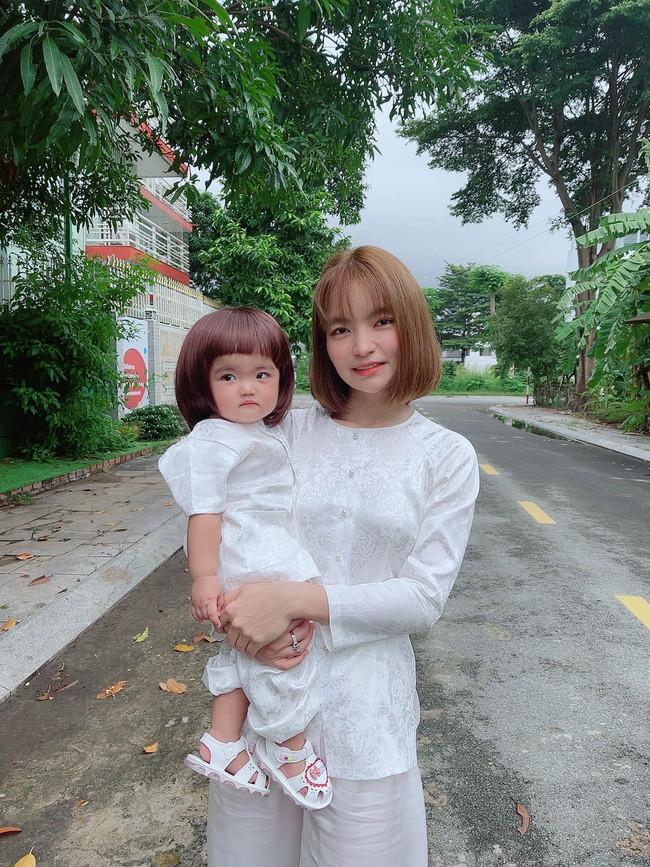Tròn 10 tháng tuổi, con gái Mạc Văn Khoa được mẹ cho diện đồ bà ba nhưng mái tóc lại khiến netizen bật cười