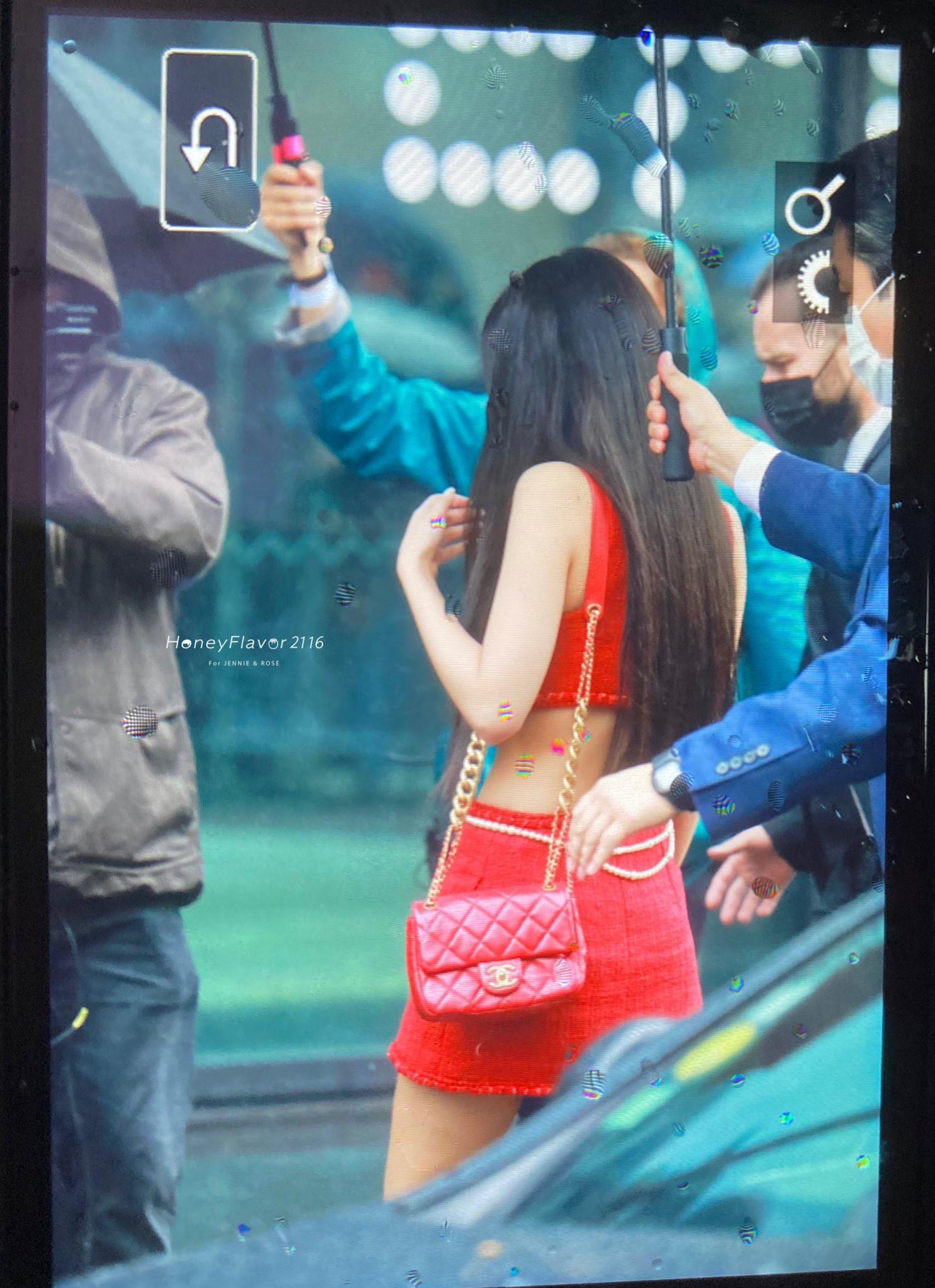Jennie chiếm spotlight với bộ cánh đỏ rực, vòng 1 căng tràn dự show Chanel