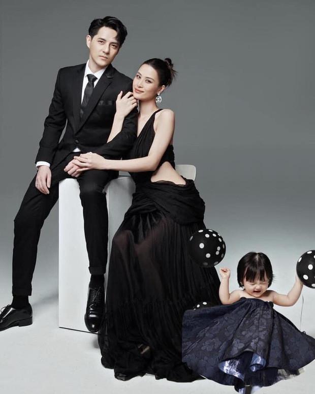 Netizen tranh cãi concept chụp hình gia đình Đông Nhi: Bố mẹ lên xiêm y sang chảnh nhưng con gái lại mặc độc mỗi chiếc tã lẻ loi