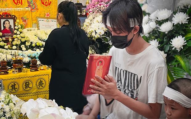 Hồ Văn Cường chỉ mặc 1 chiếc áo trong suốt 10 ngày từ dự lễ cầu siêu, nhận tiền cát-xê đến đi ra ngân hàng