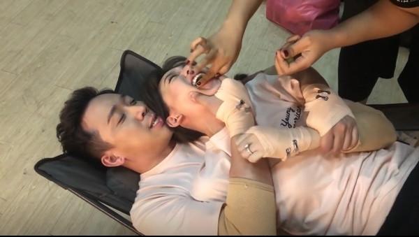 Clip: Hari Won vô tư nằm đè lên người chồng, Trấn Thành bức xúc xưng mày - tao với vợ