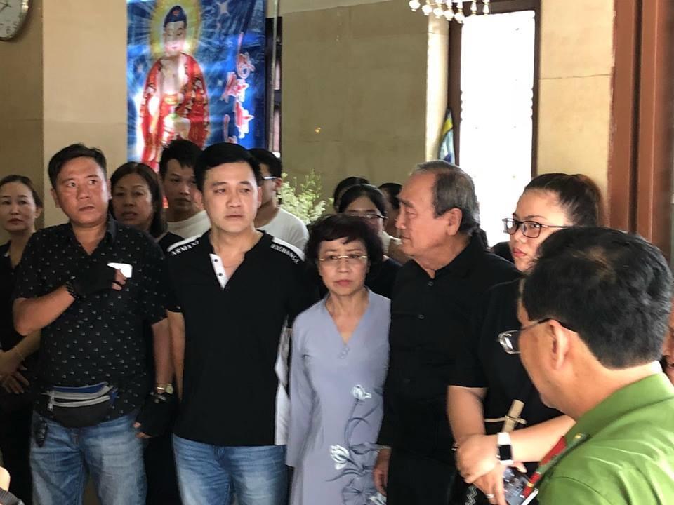 Minh Nhí bật khóc tại lễ tang của cố nghệ sĩ Anh Vũ :Tôi xem nó như em ruột vậy