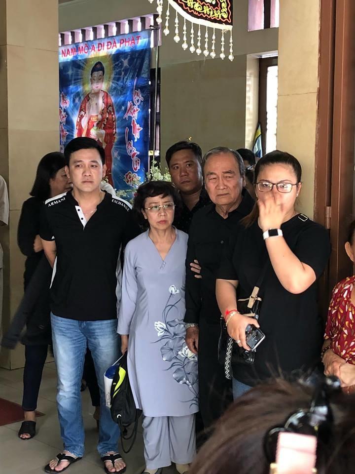 Bố nghệ sĩ Anh Vũ thất thần giữ đám đông người dân chen lấn xô đẩy chụp hình