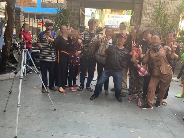 Đám đông chụp hình nhốn nháo tại lễ tang NS Anh Vũ, MC Đại Nghĩa thẳng thắn: Bất kì ai níu kéo xin chụp hình, đừng trách tôi trở mặt