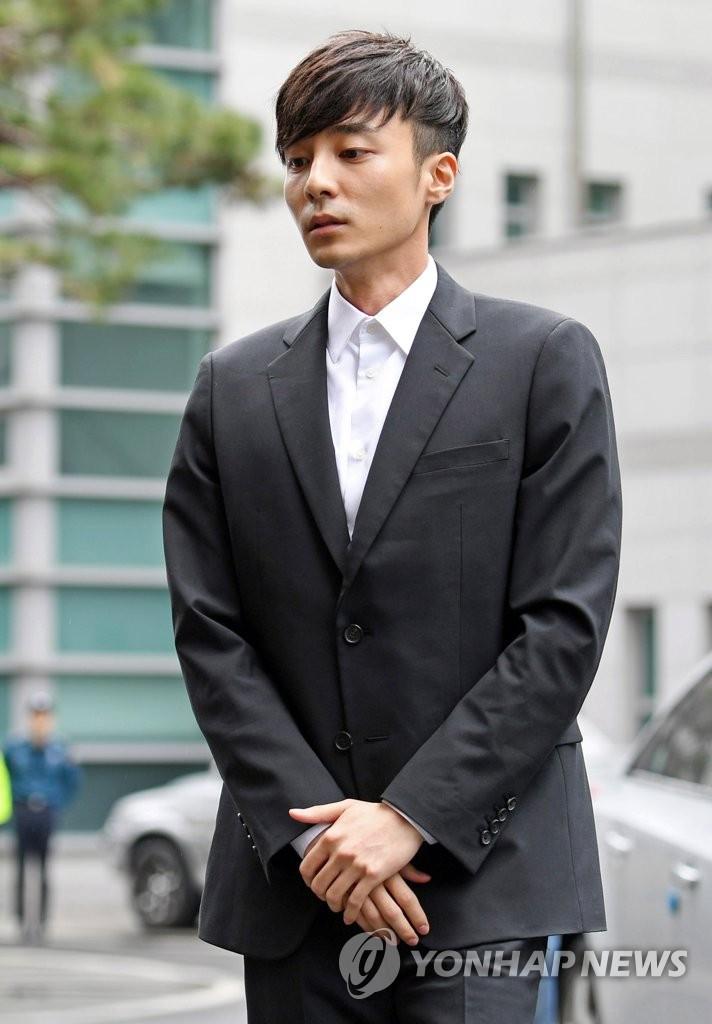 Hoàng tử sơn ca Roy Kim lén trở về từ New York trình diện cảnh sát, nhan sắc tiều tụy và hốc hác