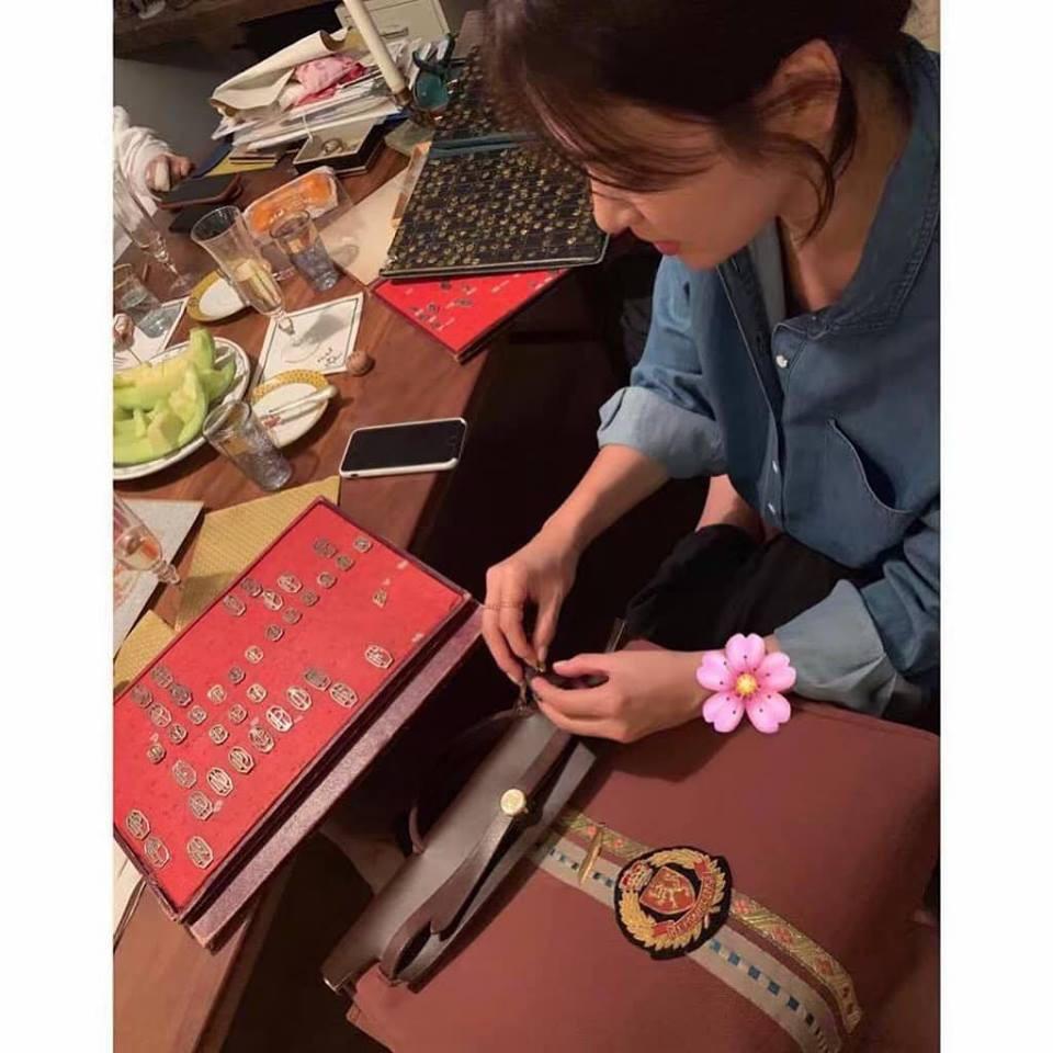 Không một lời đính chính về tin đồn ly hôn, Song Hye Kyo tinh tế thiết kế túi xách gắn tên chồng