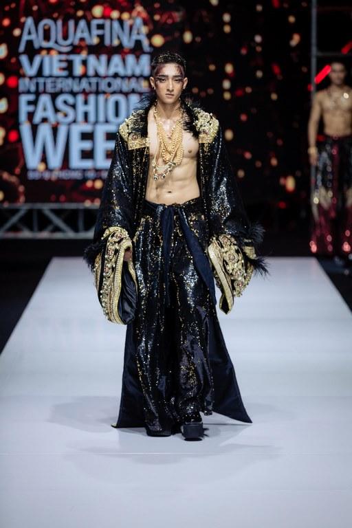 Siêu mẫu Võ Hoàng Yến vấp ngã khi khoác lên mình bộ trang phục nặng đến 25kg của nhà thiết kế Lê Long Dũng