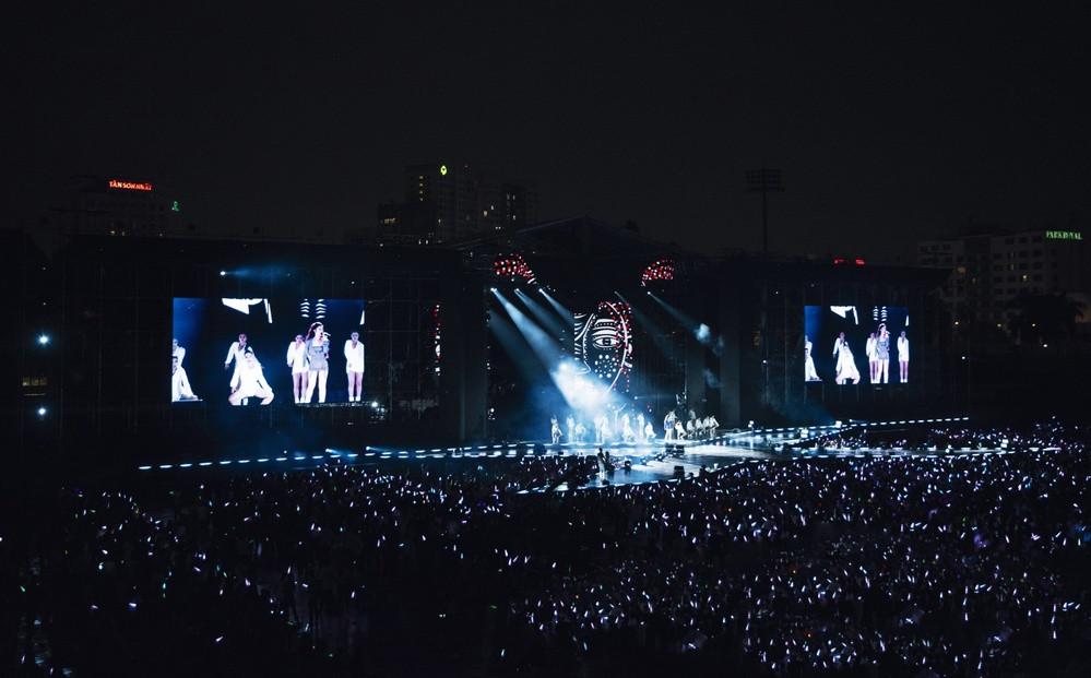 Chiếu online toàn bộ show diễn TEN ON TEN, Đông Nhi trở thành nghệ sĩ đầu tiên tại Việt Nam làm điều này tặng fan