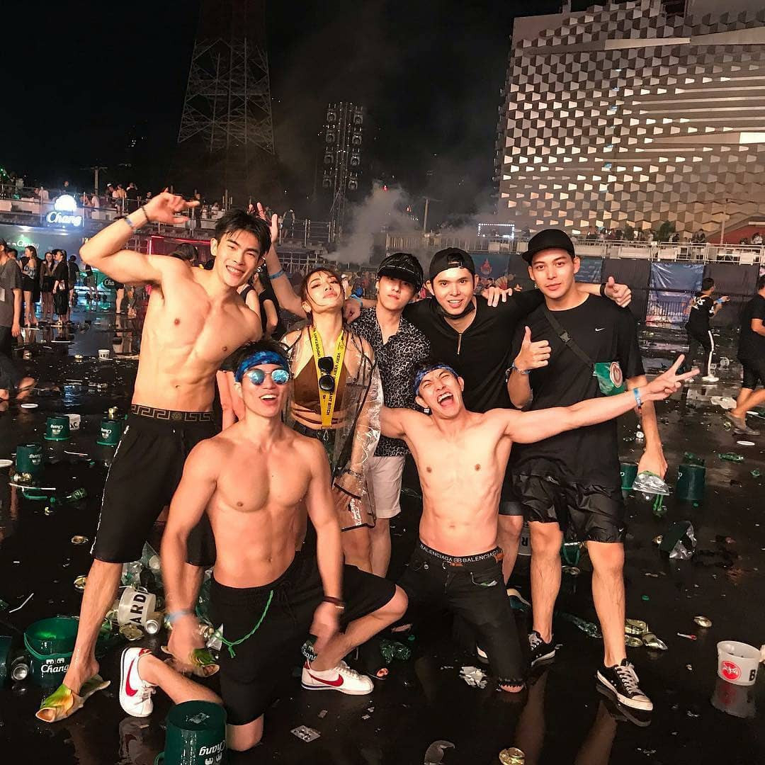 Nhìn dàn trai xinh gái đẹp hết mình ở Songkran cũng đủ hiểu lễ hội té nước nóng đến cỡ nào!