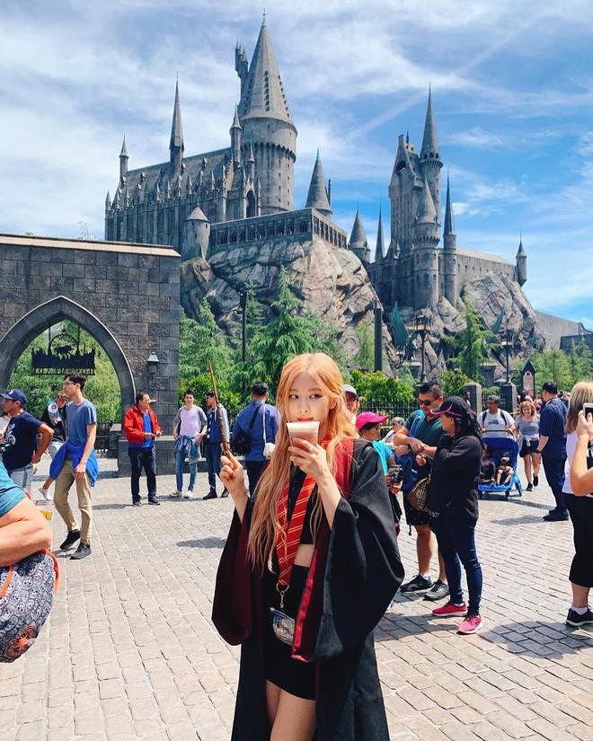 Chỉ tiện thể khoát áo choàng Hary Potter đi checkin điểm du lịch, Rosé đã đẹp như đi chụp họa báo thế này