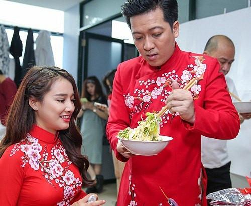Danh hiệu những ông chồng vàng của showbiz: Trường Giang đút đồ ăn cho Nhã Phương, Trấn Thành cặm cụi nấu mì trứng cho vợ