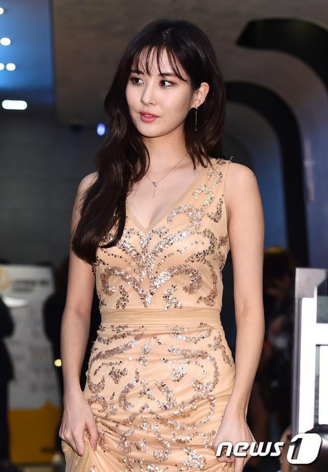 Rời Big3 SM trong hòa bình, em út ngoan ngoãn Seohuyn ngày nào trở nên xinh đẹp và táo bạo hơn