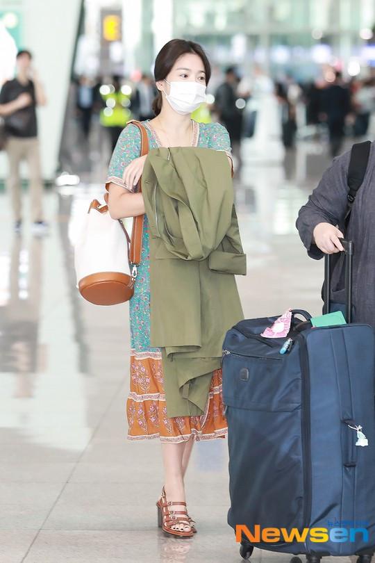 Vẫn không xuất hiện cùng nhẫn cưới, nhưng vết bầm trên tay Song Hye Kyo mới là điều đáng chú ý