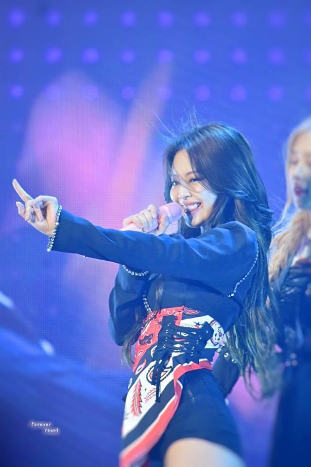 Jennie nói gì khi bị ném đá lúc rời sân khấu concert tại Mỹ vì sự cố trang phục?