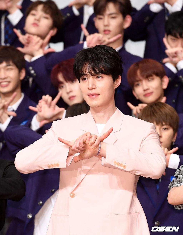 Chỉ là đi làm host, Lee Dong Wook đã vô tình biến dàn mỹ nam Produce X 101 thành background cho mình