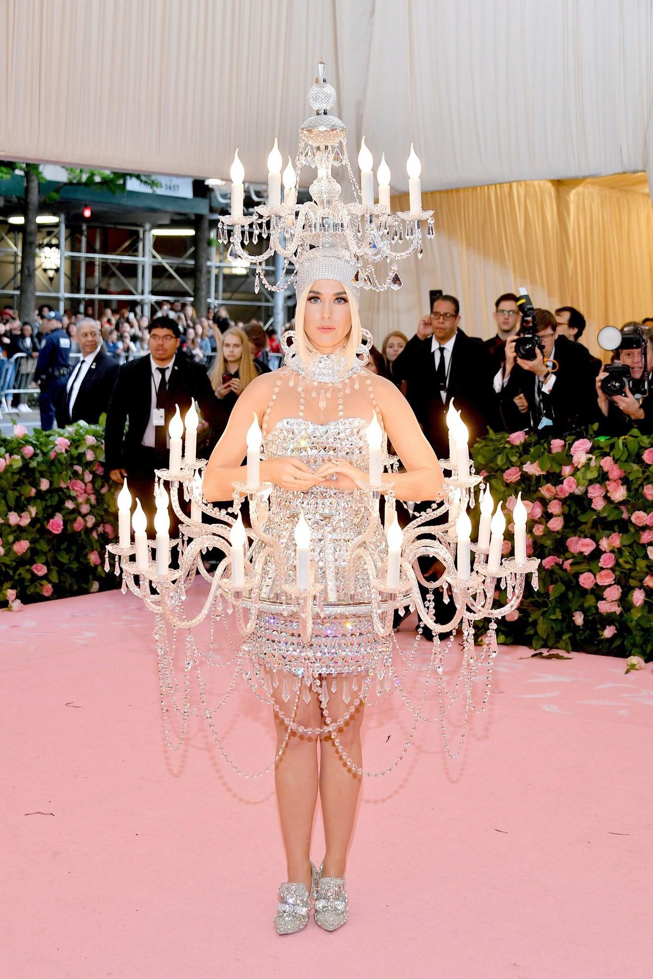 Katy Perry hóa thân thành ...đèn chùm nghĩa đen, chật vật bước đi nhưng vẫn đáp trả cực ngầu
