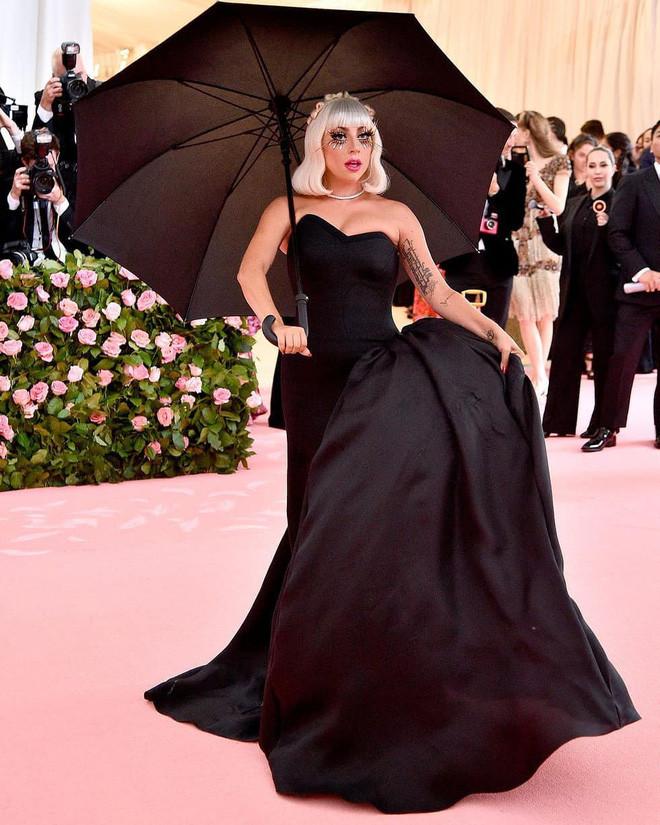 Cận cảnh 360 độ màn thay đồ ngay trên thảm đỏ của Lady Gaga tại Met Gala 2019