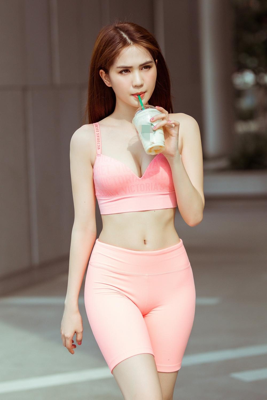 Diện trang phục thể thao xuống phố, Ngọc Trinh khoe vòng eo con kiến chứng minh đẳng cấp nữ hoàng bikini