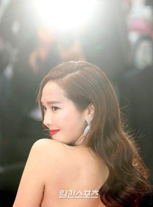 Nữ hoàng băng giá Jessica lộng lẫy trên thảm đỏ Cannes, nhưng fan vẫn kêu gào Ai hại chị? là vì điều này