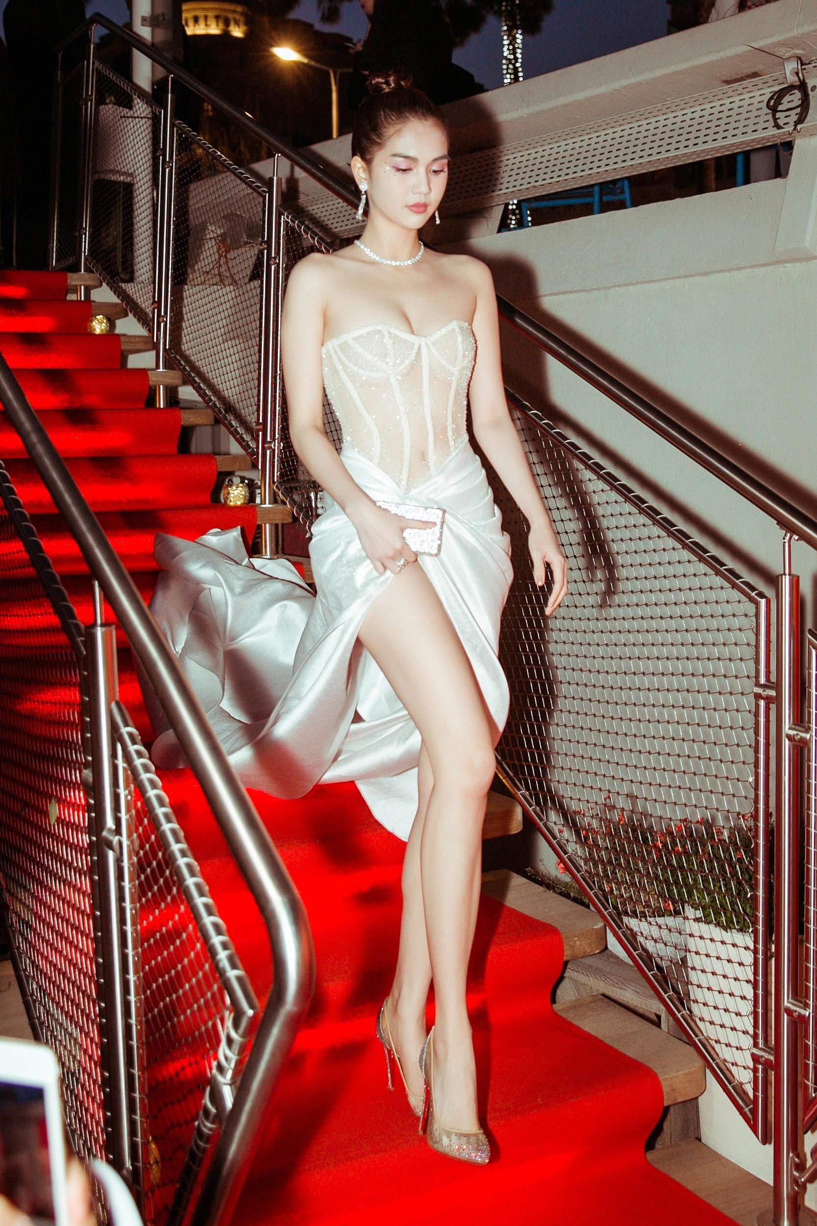 Sau lùm xùm hở bạo trên thảm đỏ Cannes, Ngọc Trinh xuất hiện gợi cảm nhưng vẫn kín đáo ngọt ngào khi về nước
