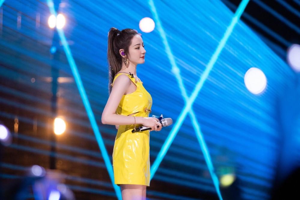 Địch Lê Nhiệt Ba làm MC Produce 101 bản Trung, nhan sắc đẹp lu mờ hết cả dàn thí sinh