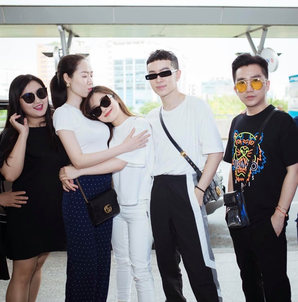 Hương Tràm chia tay gia đình và người hâm mộ tại sân bay, fan xót xa biết tin cô bán xe, bán nhà để có tiền du học