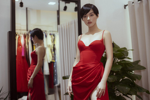 Sau lùm xùm lớn tại LHP Cannes, Ngọc Trinh về nước theo đuổi phong cách vừa năng động, vừa quyến rũ khoe eo