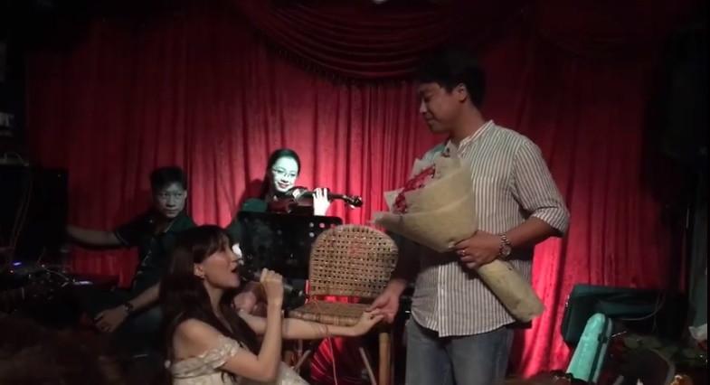 Sao Việt tuần qua: Ngọc Trinh vỗ mặt antifan bằng trang phục gợi cảm, Hòa Minzy quỳ gối cầu hôn bạn trai