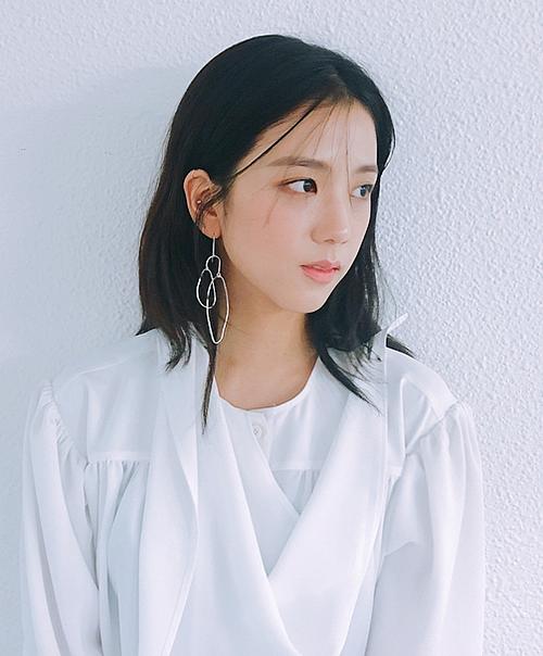 Không chỉ là visual tiêu chuẩn Hàn Quốc, loạt hình ảnh này còn chứng minh Jisoo là nữ hoàng của mọi loại concept