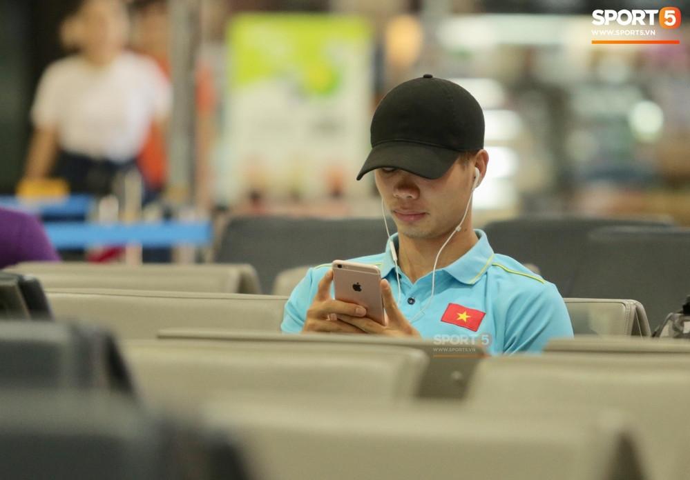 Tuyển Việt Nam trở về nước, Công Phượng lẻ loi đưa tiễn mọi người tại sân bay