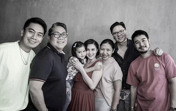 Mỹ nhân đẹp nhất Philippines đi làm ngay sau khi sinh 1 tháng, nếu không thấy bình sữa ai dám tin đây là mẹ 2 con