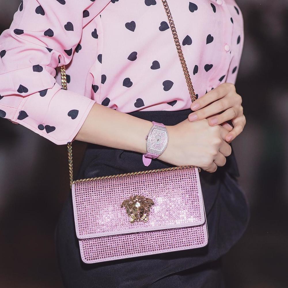 Chi mạnh tay hơn 1 tỷ để tậu hàng hiệu có màu yêu thích, Ngọc Trinh xứng danh Thánh màu hồng của showbiz Việt