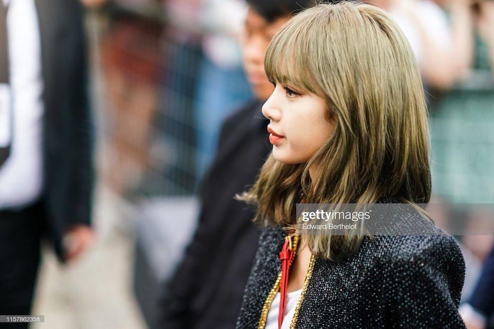 Ăn diện đơn giản, búp bê sống Lisa vẫn nổi bật nhất tại hàng ghế đầu của Paris Fashion Week 2019