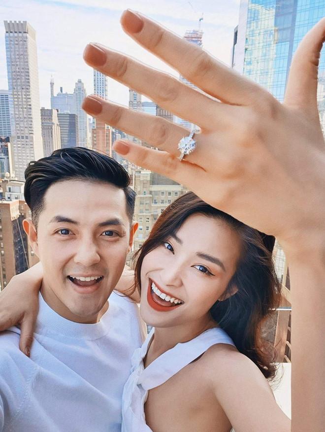 Những màn cầu hôn lãng mạn không kém ngôn tình của loạt sao showbiz Việt trong 2 tháng liên tiếp