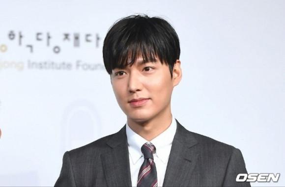 Lee Min Ho lịch lãm trong vest đen tại sự kiện, nhưng chiếc mũi nhọn của anh lại thu hút hết spotlight