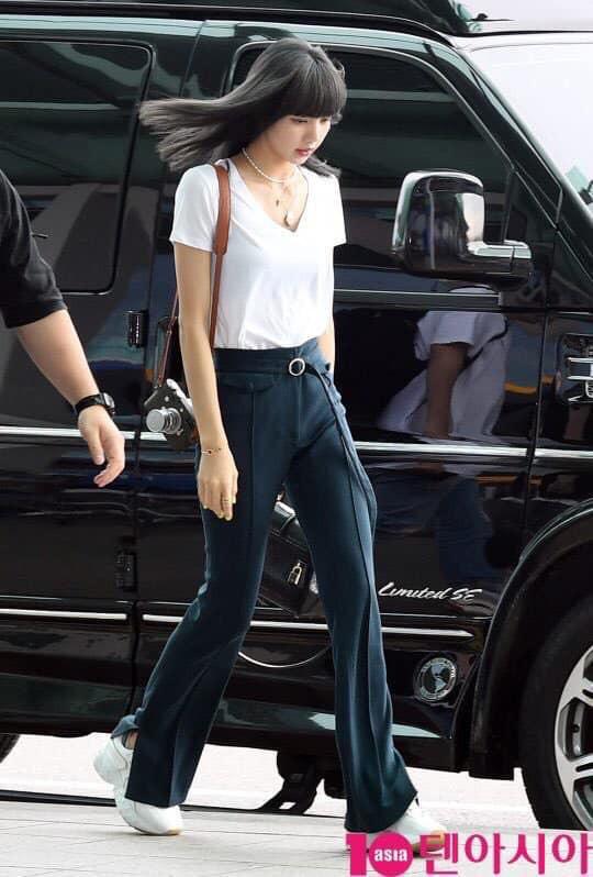 Trở lại mái tóc đen giản dị, Lisa vẫn nổi bần bật tại sân bay với thần thái đỉnh cao này