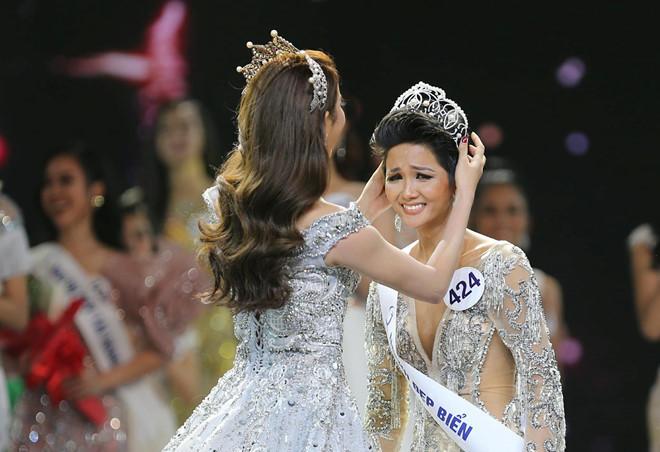 HHen Niê làm CDM một phe hú vía khi chia sẽ hình ảnh vương miện Hoa hậu hoàn vũ Việt Nam 2017 bị gãy một góc