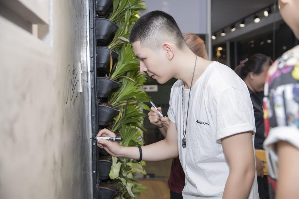 Vợ chồng xì teen Khởi My - Kelvin Khánh nhí nhố checkin tại quán của ông chủ họ Bắp Ngô Kiến Huy