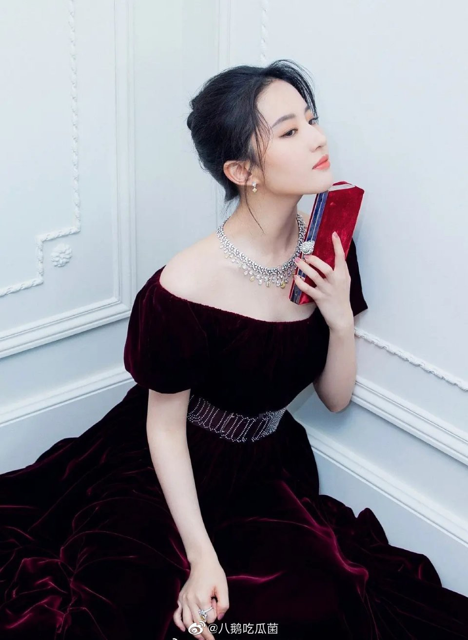 Hội ngộ 1 sự kiện: Song Hye Kyo make up đậm, diện đầm 2 dây quyến rũ, Lưu Diệc Phi nền nã chỉ khoe nhẹ vai trần