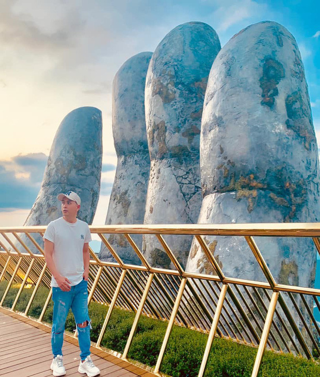 Bên cạnh mái tóc cá tính, Bảo Anh vô tình lộ giày đôi du lịch cùng Hồ Quang Hiếu