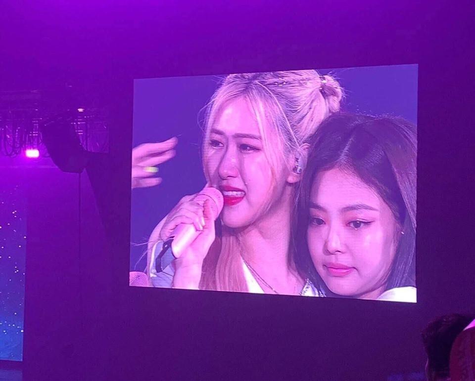 Kết thúc tour concert thế giới cho album Kill This Love tại Thái Lan, Blackpink bật khóc trên sân khấu cám ơn người hâm mộ