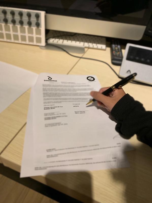 Producer của hit Vô tình - Hoaprox chứng minh thực lực, kí hợp đồng với hãng thu âm nổi tiếng nhất giới EDM