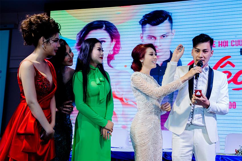 Chồng Lâm Khánh Chi quỳ gối trao nhẫn cưới và tiết lộ cả hai mang nhẫn cưới giả trị giá 200 ngàn đồng suốt 2 năm