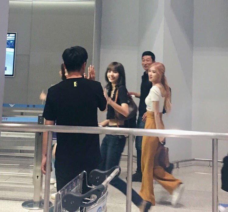 BlackPink biến sân bay thành catwalk: Jennie khoe vòng 2 con kiến mê người, Rosé chỉ đứng thôi cũng đẹp