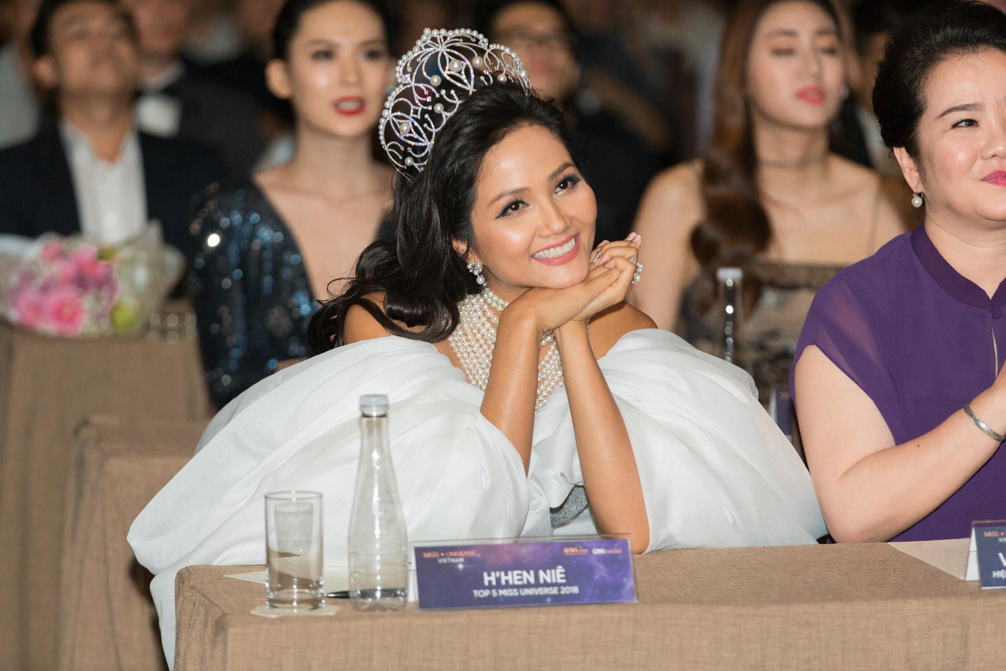 Lần đầu tiên trong lịch sử Hoa hậu Hoàn Vũ Việt Nam, H'Hen Niê chính thức được trao tặng vương miện mới