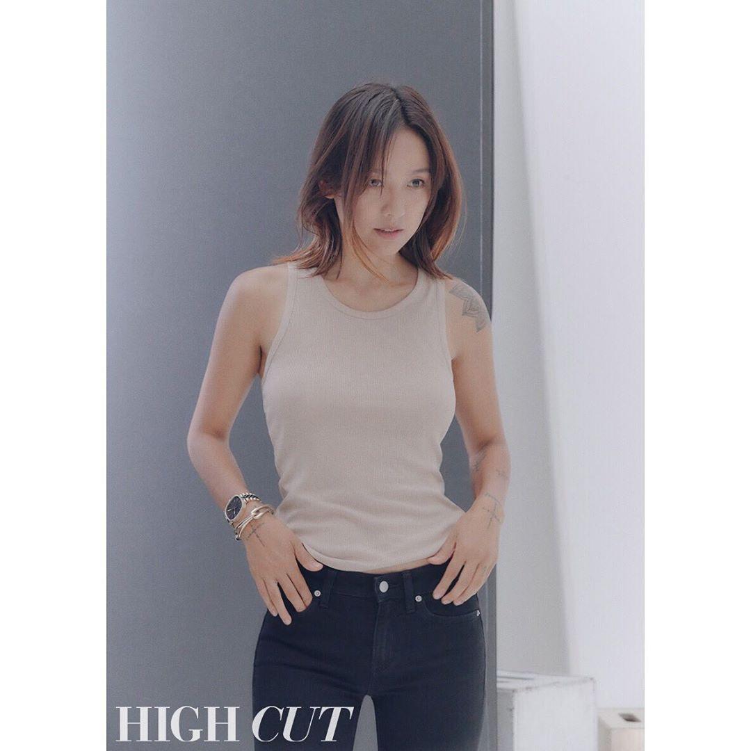 Nữ hoàng sexy Lee Hyori tái xuất với trang bìa tạp chí thời trang, hở bạo vòng 1 đến thế này đây