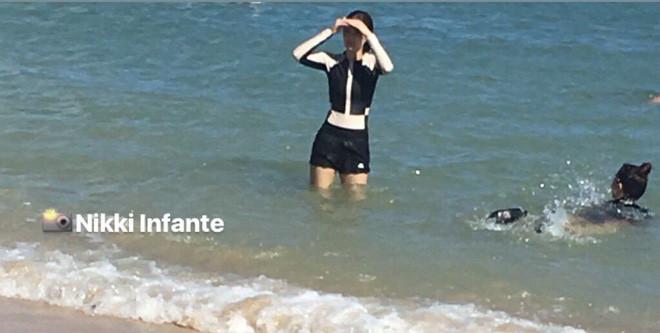 Ngược đời như Jennie: Đi sân bay thì sexy đủ kiểu nhưng ra tới biển lại trùm kín như ninja lead thế này