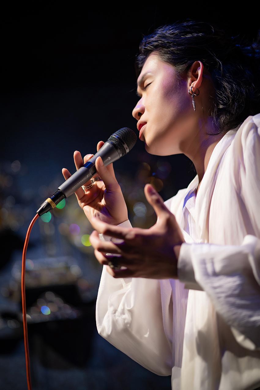 Quang Trung gây bất ngờ khi hát live liên tục 23 ca khúc không mệt mỏi