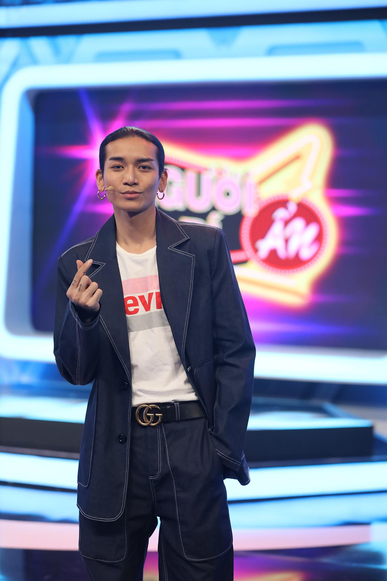 Mặc kệ BB Trần và MC Trường Giang dìm hàng, Trấn Thành tự tin mặc áo in hình đuông dừa xuất hiện tại Người bí ẩn