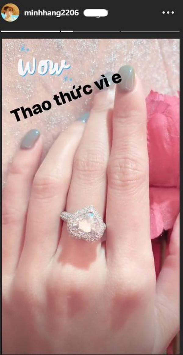 Minh Hằng khoe nhẫn kim cương hột lớn ở ngón áp út, thả thính sắp lên xe hoa cùng người yêu bí mật?